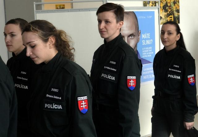 Mladé policajtky zo Strednej odbornej školy Policajného zboru Pezinok, obrázok: Vladimír Benko, MV SR
